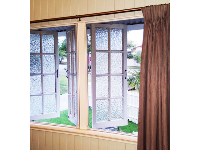 The Magnetic Insect Screens added to these Casement Windows are so well colour co-ordinated you can hardly see them.